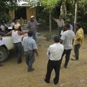 Reunion con campesinos interesdaos en el proyecto